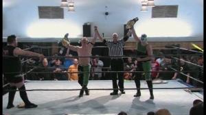 Kevin Steen celebrando con los nuevos campeones